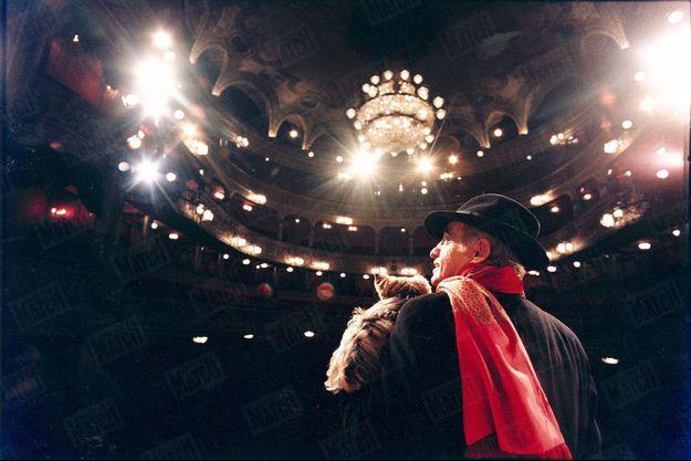 Octobre 1996. Avec sa chienne Maya, au théâtre des Variétés dont il est le propriétaire depuis cinq ans et où il joue «La puce à l'oreille», de Feydeau, mis en scène par Bernard Murat.