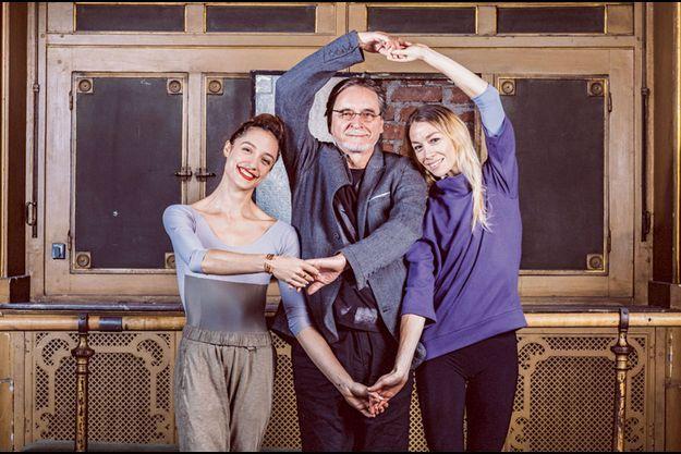 Jiri Kylian entouré de deux étoiles de la prestigieuse compagnie parisienne de danse classique, Dorothée Gilbert (à g.) et Eleonora Abbagna