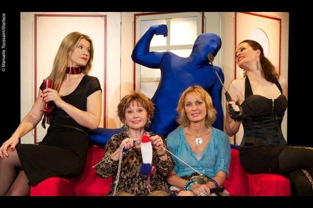 De g. à dr.: Laura Préjean, Marion Game, Virginie Ledieu, Yvon Carpier (le fantasme), et Anjaya.