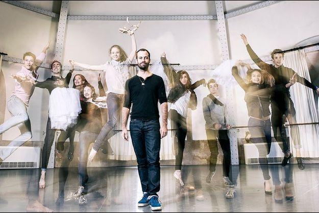 Sous la rotonde Zambelli à Garnier, Benjamin Millepied et les lauréats du concours annuel du corps de ballet de l'Opéra.