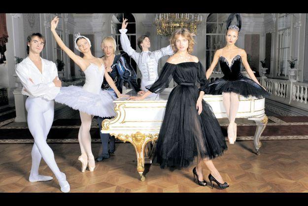 Dimanche 30 octobre, dans le Foyer Blanc, Natalia Vodianova (debout en noir), entourée de danseurs étoiles, en costumes du « Lac des cygnes ». De g. à dr. : Mikhail Kotchan, Anna Tikhomirova (en cygne blanc), Pavel Dmitrichenko, Artem Ovcharenko et Ekaterina Shipulina (en cygne noir).