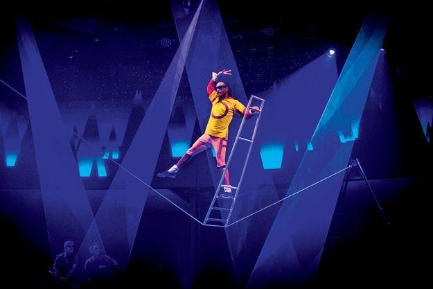 Les quinze artistes du Cirque du Soleil présentent des numéros bluffants dans un espace réduit, bien loin des grandes salles dans lesquelles ils se produisent habituellement