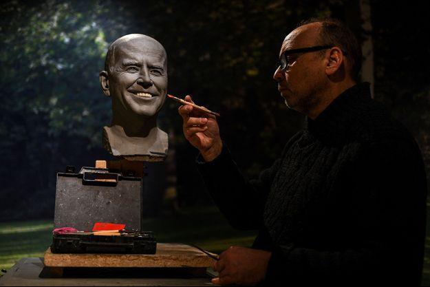 Le sculpteur Claus Velte, ici en janvier 2021, réalisant le double de cire de Joe Biden.
