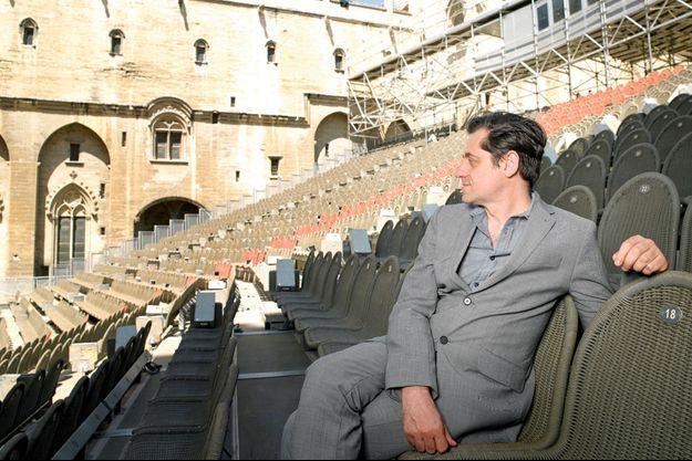 Olivier Py dans la cour d'Honneur du Palais des Papes.