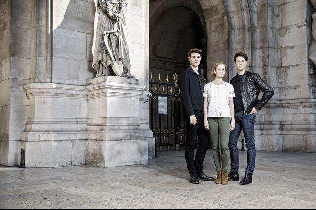 Hugo Marchand, Léonore Baulac et Germain Louvet devant le palais Garnier.