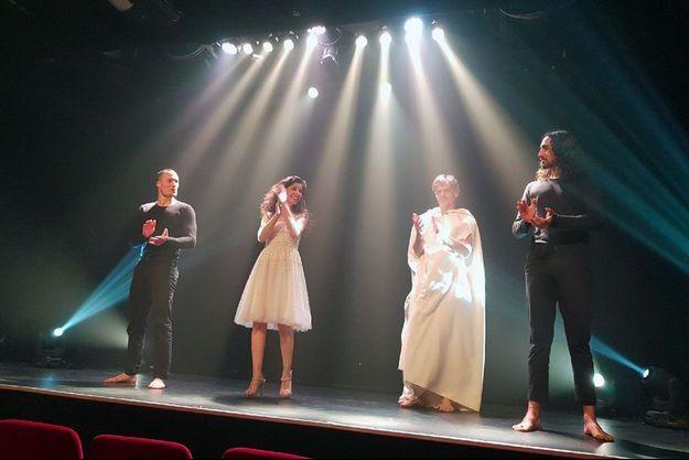 Rachida Khalil et Louis Cariot entre les deux danseurs Staiv Gentis et Willy Cartier, sur la scène du Petit Gymnase, à Paris.