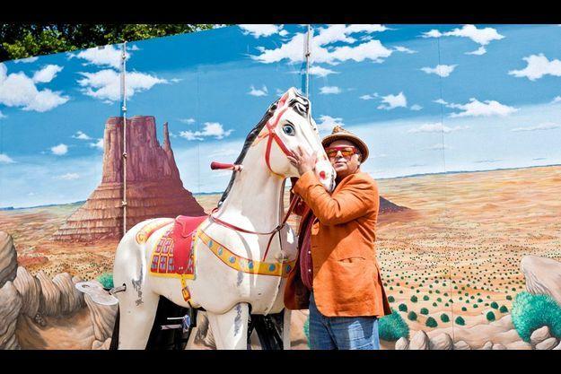 Jean-Luc Courcoult et son cheval dans le décor de « Rue de la Chute »