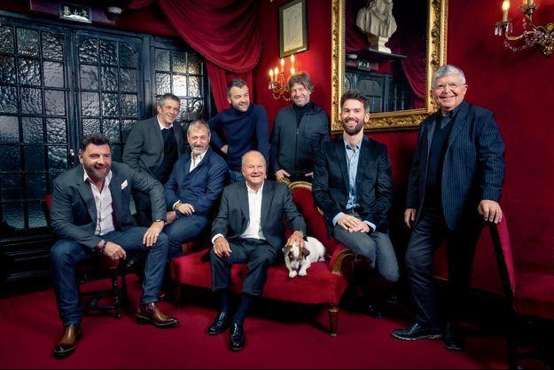 Aux Bouffes-Parisiens, Marc Ladreit de Lacharrière, entouré de (de g. à dr.) Philippe Lellouche (Madeleine), Stéphane Hillel (théâtre de Paris, Bouffes-Parisiens, Michodière), Michel Lumbroso (Madeleine), Aurélien Binder (directeur de Fimalac Entertainment), Richard Caillat (théâtre de Paris, Bouffes-Parisiens, Michodière), Jean Robert-Charrier (Porte-Saint-Martin), Jean-Luc Choplin (Marigny).