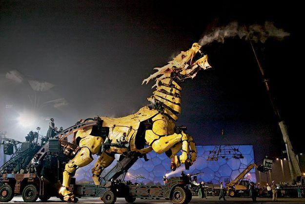 Long Ma, le cheval dragon, fait 13 mètres de longueur, 12 de hauteur et 16 avec ses ailes déployées.