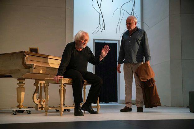 Niels Arestrup et François Berléand sur la scène du théâtre des Bouffes Parisiens.