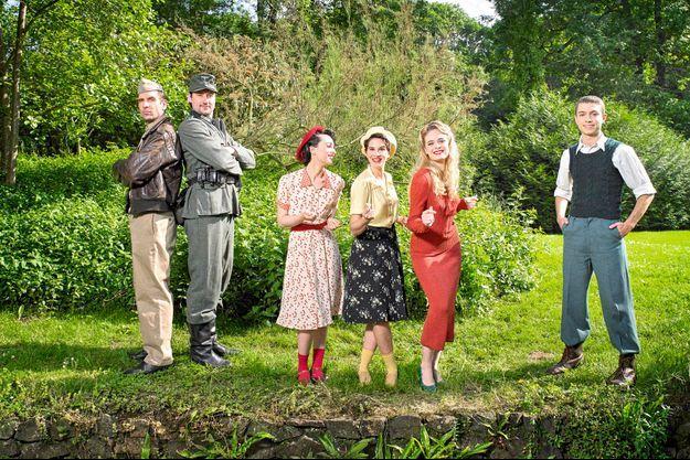 La troupe d'« Un été 44 », de gauche à droite : Tomislav Matosin, Philippe Krier, Barbara Pravi, Sarah-Lane Roberts, Alice Raucoules et Nicolas Laurent.