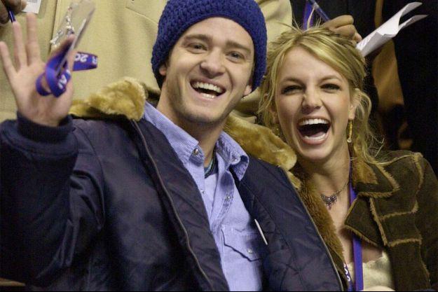Britney Spears et Justin Timberlake assistent à un match de basket en 2002.