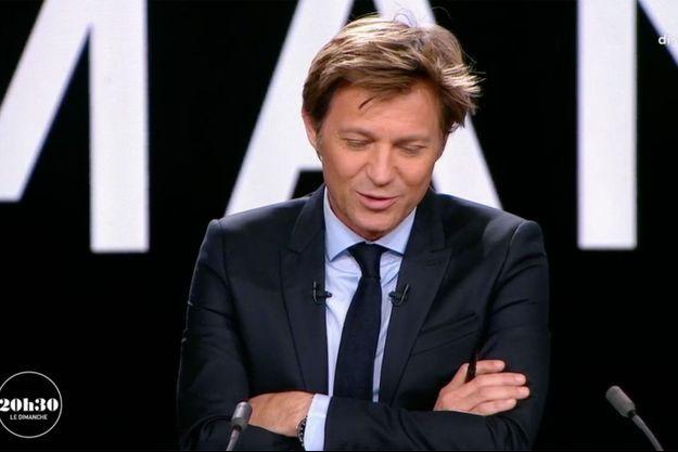 """Laurent Delahousse sur le plateau de """"20h30 le dimanche"""", le 18 mars."""