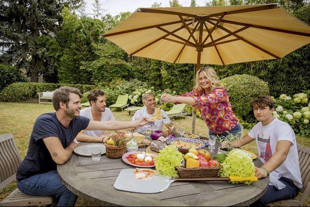 Près de Paris, déjeuner estival du restaurant Il Cararosso, avec (de g. à dr.) Alessandro, 27 ans, Victor, 24 ans, Paul, Luana et Giacomo, 19 ans.