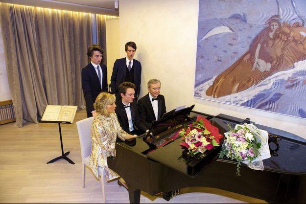 Mercredi 22 mars, à Moscou, après le concert, Bernard Arnault, sa femme, Hélène, et leur fils Frédéric, au clavier. Derrière, Jean, 18 ans, et Alexandre, 24 ans.