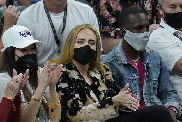 Adele et Rich Paul lors d'un match de basket à Phoenix le 17 juillet 2021.