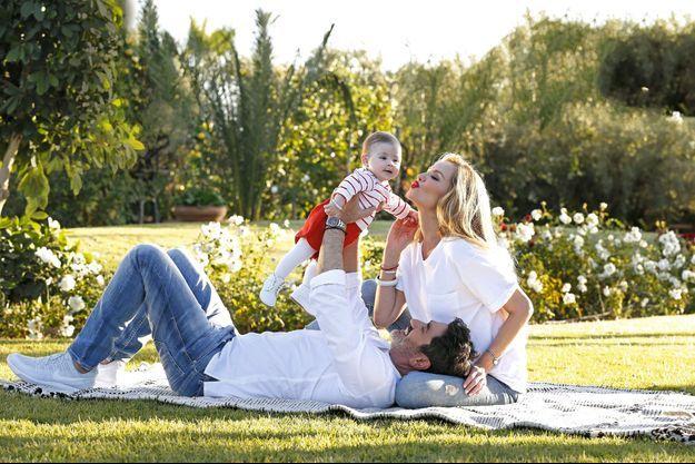 Papa lui fait découvrir le jeu de l'avion et maman assure l'atterrissage en douceur. Dans les jardins du Palais Ronsard, l'hôtel 5 étoiles d'Aram et Adriana, à Marrakech, le 6 janvier