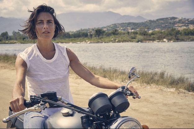 Ambassadrice Ducati : sa moto n'est pas celle que chantait Brigitte Bardot, mais… l'esprit de liberté est bien le même. Escale au Cabanon bleu, dans la baie de Saint-Cyprien, à Porto-Vecchio.