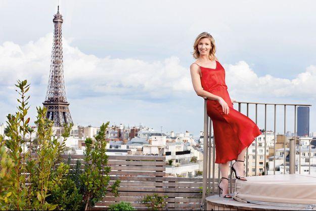 Ce jour de mars à l'hôtel Brach Paris, elle n'a pas eu de mal à appliquer le conseil de son père : « Toujours chercher le petit coin de bleu dans un ciel assombri. »