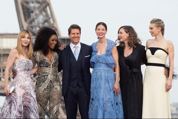 """Alix Bénézech, Angela Bassett, Tom Cruise, Michelle Monaghan, Rebecca Ferguson et Vanessa Kirby devant la Tour Eiffel pour l'avant-première de """"Mission: Impossible - Fallout"""""""