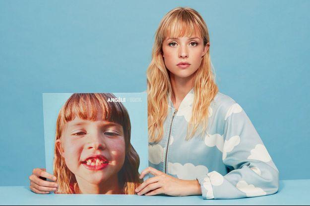 """Angèle et la pochette de son album, """"Brol""""."""