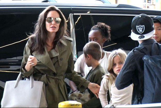 Angelina Jolie avec ses enfants à Los Angeles, juin 2017.