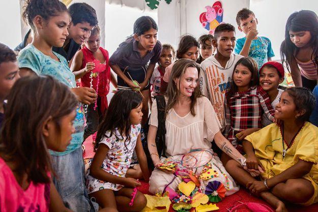 En Colombie, en 2019. Angelina Jolie avec des enfants ayant fui le Venezuela, au centre d'assistance intégré de Maicao.