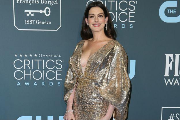 Anne Hathaway après son accouchement, à la cérémonie des Critics Choice Awards le 12 janvier 2020 à Los Angeles.