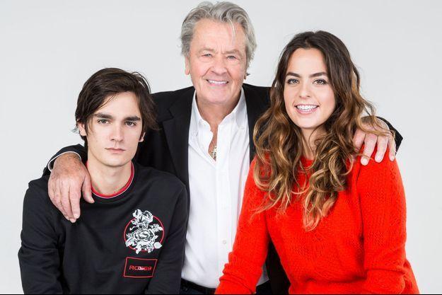 Le mardi 31 octobre 2017, Alain-Fabien, Alain et Anouchka Delon posent ensemble à Paris.