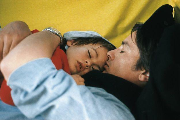 Au bord d'une pinasse dans le bassin d'Arcachon, c'est l'heure de la sieste pour Anthony, lové dans les bras protecteurs de son père assoupi.