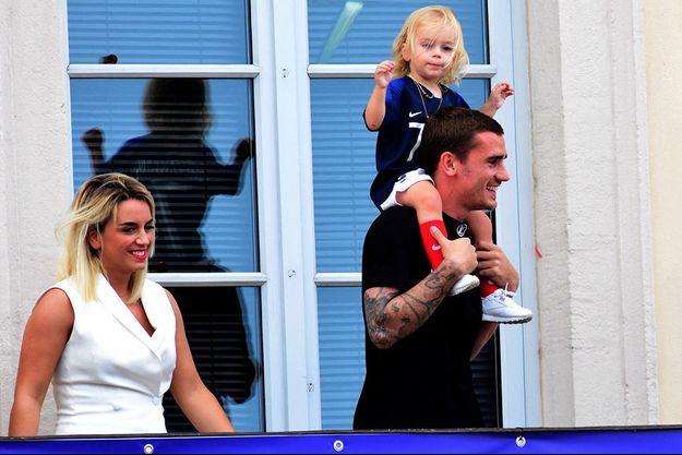 Antoine Griezmann avec sa femme Erika Choperena et sa fille Mia - Antoine Griezmann, fêté par sa ville de Mâcon 5 jours après sa victoire à la finale de la Coupe du Monde 2018 à Mâcon le 20 juillet 2018.