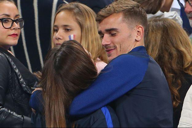 Antoine Griezmann et Erika Choperena dans les tribunes du Stade de France le 3 juillet 2016