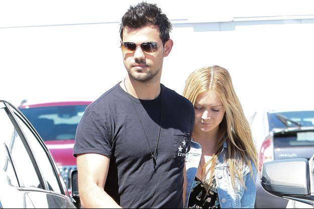 Billie Lourd et Taylor Lautner à Los Angeles, le 23 mars 2017.