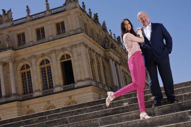 Père et fille sur les marches surplombant le parc, le lendemain du gala, le 29 juin.