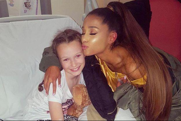 Ariana Grande et une jeune blessée au Royal Manchester Children's Hospital.