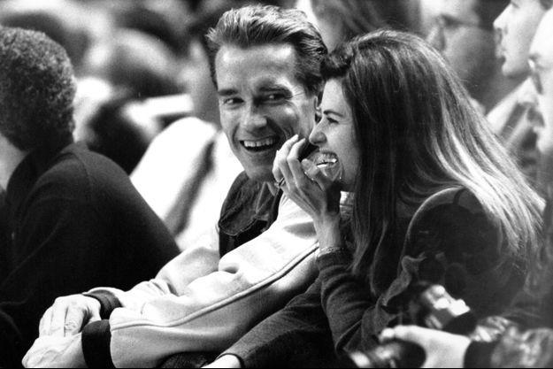Arnold Schwarzenegger et son épouse Maria Shriver, lors d'un match des Knicks au Madison Square Garden de New York, en mars 1993.