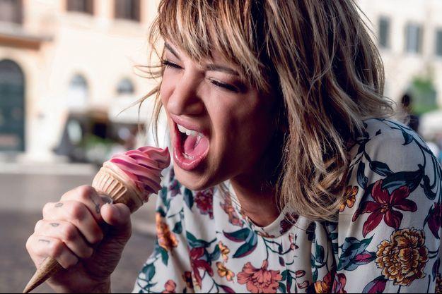 Piazza Navona. L'artiste a une passion pour les glaces… et les micros : à 17 ans,elle chantait dans un groupe punk et, en 2013, elle enregistrait son premier album.