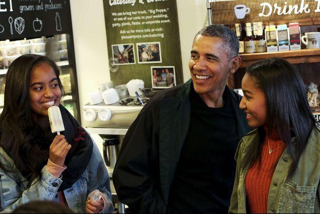 Barack Obama et ses filles à Washington, en novembre 2015.