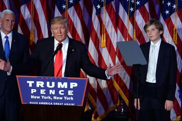 Barron Trump aux côtés de son père, le 9 novembre 2016.