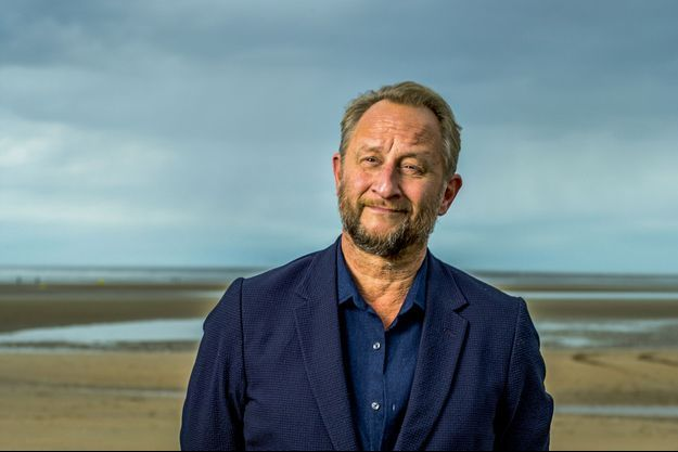 Benoit Poelvoorde sur la plage de Cabourg.