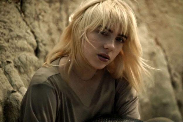"""Billie Eilish dans le clip vidéo de sa chanson """"Your Power""""."""