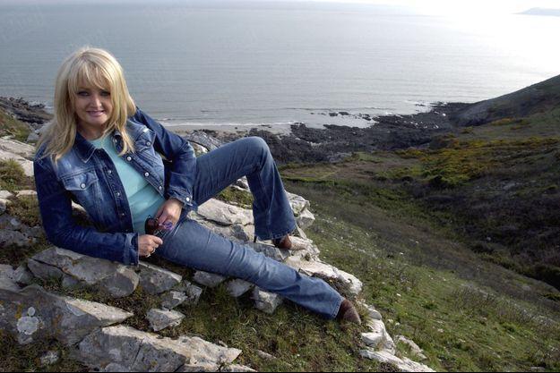 Bonnie Tyler, sur la côté galloise, non loin de sa maison de Swansea, en mai 2004.