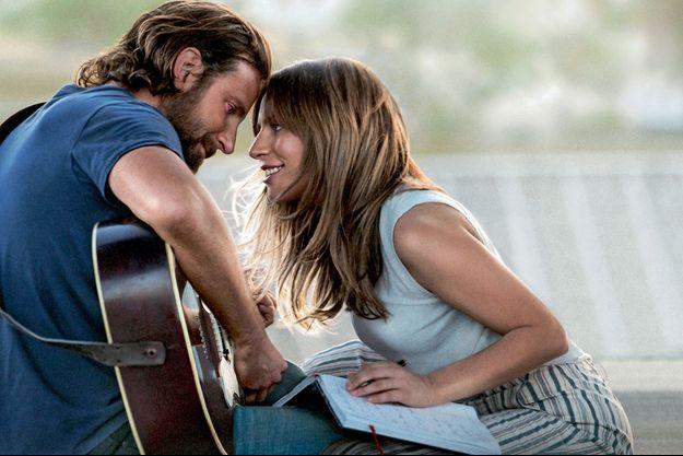 Dans « A Star is Born », Bradley Cooper, vedette de la country, tombe amoureux de Lady Gaga, une chanteuse très prometteuse…