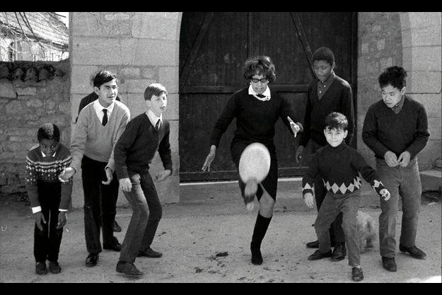 1966. Joséphine Baker avec sept de ses enfants adoptés. Brian est derrière, à la gauche de sa mère.