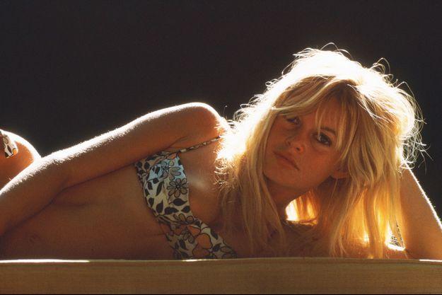 Mai 1957. Brigitte Bardot prend la pause à l'occasion du 10e Festival de Cannes.