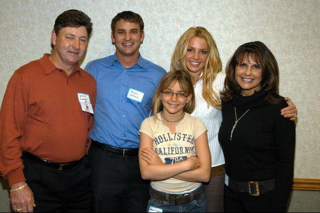 En 2003, Britney Spears avec de gauche à droite : son père Jamie, son frère Bryan, sa soeur Jamie Lynn et sa mère Lynne