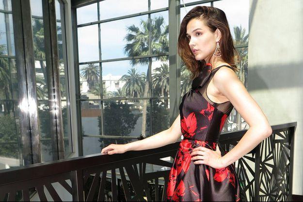 Camille Lou pose à Casablanca dans une robe de soirée signée Christophe Guillarmé.