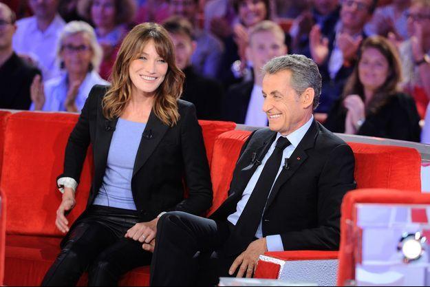 """Carla Bruni et Nicolas Sarkozy dans l'émission """"Vivement Dimanche"""" à Paris le 30 septembre 2019."""