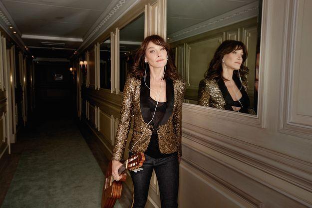 Jamais sans sa guitare, même dans les couloirs du Meurice. Carla sera en concert le 23 mai au théâtre des Champs-Elysées, à Paris.