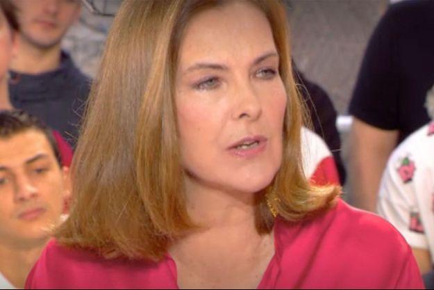 """Carole Bouquet sur le plateau de """"Clique Dimanche"""" sur Canal+."""